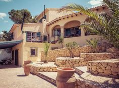 This beautiful, typically Spanish Finca - Villa is ideally located between Altea and Calpe. The villa is build on 3 levels, with an impressive garden to connect the levels.   #Spain #Holidays