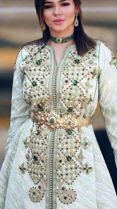 Image may contain: 2 people Morrocan Dress, Moroccan Caftan, Arab Fashion, India Fashion, Morocco Fashion, Arabic Dress, Moroccan Wedding, Caftan Dress, Mode Style