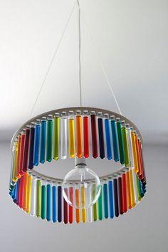 Une lampe en éprouvettes Fabriquée par la créatrice PaniJurek, cette lampe aux couleurs éclatantes se compose de tubes à essai de laboratoire, remplis de liquide coloré. Une belle source d'inspiration pour décorer une chambre d'enfant ou d'adolescent. ©  PaniJurek - Recyclart