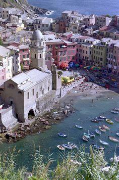 La región de Liguria, al noroeste del país, posee algunos de los tramos de costa más espectaculares del Mediterráneo. Es el hogar de las llamadas Cinque Terre, cinco pueblos costeros cercanos entre sí en la provincia de La Spezia: Monterosso, Corniglia, Manarosa, Vernazza (en la foto) y Riomaggiore. Sus pintorescas edificaciones de colores se vuelcan al mar dando lugar a un paisaje de gran belleza que merece la pena disfrutar.