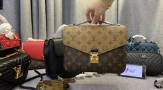 Looking the best replica handbags online? Learn why Vho.to high quality designer replica bags are the best available anywhere NOW! Replica Handbags, Handbags Online, Purses And Handbags, Designer Handbags, Louis Vuitton Handbags 2017, Vuitton Bag, Fake Designer Bags, Luxury Bags, Fashion Bags