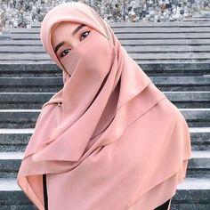 Arab Girls Hijab, Muslim Girls, Muslim Women, Niqab Fashion, Muslim Fashion, Fashion Outfits, Beautiful Hijab Girl, Beautiful Asian Women, Casual Hijab Outfit