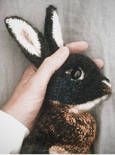 How to knit a bunny rabbit. Click through for easy step by step tutorial and free knitting pattern to make a knitted bunny rabbit. Click through to get tips and all the info you need to make your own Knitted Bunnies, Knitted Animals, Knitted Dolls, Crochet Cats, Crochet Birds, Crochet Food, Drops Kid Silk, Drops Alpaca, Animal Knitting Patterns