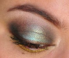 Smoky blue #eyeshadow with a pop of lime green.