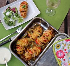 Irdalt burgonya finomságokkal töltve - Főzni jó sütni még jobb Potato Recipes, Mozzarella, Cauliflower, Shrimp, Cake Recipes, Potatoes, Meat, Vegetables, Food