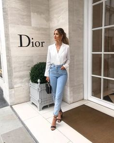 Look calça mom jeans, blazer branco e sandália preta de tiras. Outfits 2019 Outfits casual Outfits for moms Outfits for school Outfits for teen girls Outfits for work Outfits with hats Outfits women Classy Outfits, Chic Outfits, Summer Outfits, Fashion Outfits, Mom Jeans Outfit Summer, Work Outfit Summer, Jeans Outfit Winter, Summer Work, Weekend Outfit