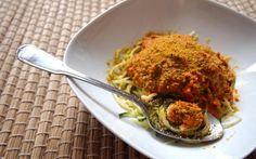 Zucchini-Nudeln mit frischer Sauce und Walnuss Parmesan