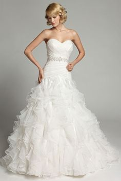 Who doesn't want to look amazing and breathtaking on their wedding day? We want you to look fabulous on your big day.Make your big day special with our collection of wedding gowns. Fancy Wedding Dresses, Elegant Wedding Gowns, Sweetheart Wedding Dress, Colored Wedding Dresses, Wedding Dress Styles, Bridal Dresses, Bridesmaid Outfit, Outfit Trends, Beautiful Dresses