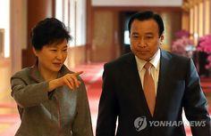 국무회의장 입장하는 박 대통령과 이 총리