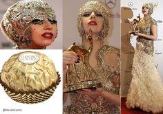 Lady Gaga, 25, foi premiada na noite de quinta-feira (10.11.2011) com o Bambi Award, na Alemanha, mas virou piada na imprensa por causa de seu look mais uma vez inusitado. A cantora foi comparada com um famoso bombom de chocolate por causa do chapéu dourado que usou, similar à embalagem do produto. O vestido pertence à última coleção da grife Alexander McQueen. O corpete dourado bordado é complementado por uma saia branca de babados. Para compor o look, batom vermelho e uma maquiagem…