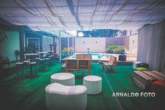 Foto por Arnaldo Peruzo ❤ Ligia & Camargão em Vila Velha/ES. Decoração de casamento romântica com lounge na área da piscina, com puffs e bancos de pallet   Romantic Wedding + Pool lounge, pallet