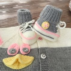 Converse baby shoes making Baby Knitting Patterns, Hand Knitting, Hairstyle Trends, Joker Halloween, Knitted Baby Clothes, 18 Inch Doll, Diy And Crafts, Baby Kids, Baby Shoes