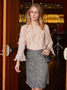 A saia de tweed é um clássico! Combine com a blusa de babados deixando o look mais feminino!  SHOP NOW: http://www.amissima.com.br/