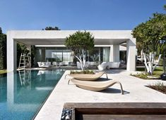 LA House Modern Minimalist Exterior Design With Plenty Of Greenery