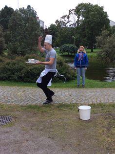 Toinen piste oli 'kiireinen tarjoilija' . Juoksujalkaa juostiin ympäri fellmannianpuiston pikkulampea. (Saija)