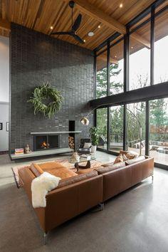 Ein modernes offenes Loft Wohnzimmer mit einer schicken Ledercouch.
