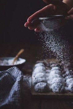 Powdered sugar action food shot / rustic moody styling