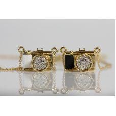 Um colar com Incrível formato, lindos detalhes e delicadas pedrinhas brilhantes, ele vai impressionar você.  Feito em metal na cor dourada com detalhe da cor em material emborrachado.
