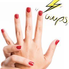 Oh nein, gerade die Nägel frisch lackiert und dann dran gekommen? Etwas Nagellackentferner auf eine Fingerspitze tupfen und vorsichtig über die Delle streichen bis sie sich glättet.