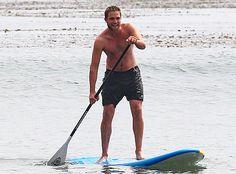 Robert Pattinson goes paddleboarding in Malibu.  http://eonli.ne/HHXpmA