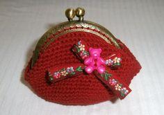 monedero vintage en rojo con lazo de flores y boton en forma de osito