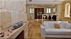 mediterrán stílusú luxus otthon, mediterrán nappali máltai családi ház Couch, Furniture, Home Decor, Diy, Luxury, Settee, Decoration Home, Sofa, Room Decor