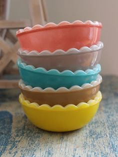 Vintage Pyrex bowls with a scallop edge. {I never even knew this style existed!