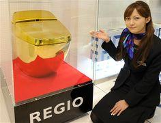 Imagem: Banheiros podem ser bem peculiares (© Yoshikazu Tsuno/AFP/Getty Images) Funcionária da Inax, empresa especializada em acessórios para banheiros, mostra a principal peça da coleção: um vaso sanitário feito em ouro maciço. A apresentação do 'Regio', ocorreu em Tóquio, em 2011