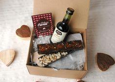 Caixa 3: 1 tablete de chocolate negro com 72% de cacau com malagueta e flor de sal   1 tablete de chocolate negro com gengibre e canela   1 mini-garrafa de vinho do Porto (5cl)