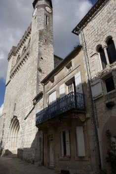 Monflanquin: Bastidedorp op de grens van de Périgord Pyrenees, Arcade, Vans, Mansions, House Styles, Home Decor, Decoration Home, Manor Houses, Room Decor