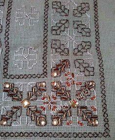 Βελονια περαστη στο κεντρικο σχεδιο και σταυροβελονια για μπορντουρες,Οι χαντρες μακαρονι δημιουργουν τα σταχυα των λουλουδιων.Οι μεγαλυτερες πετρουλες ολοκληρωνουν το κεντημα.Γιουλη Μαραβελη,τηλ 2221074152