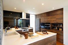 家族との団欒、心安らぐ庭を見ながら楽しく作業が出来るキッチンです