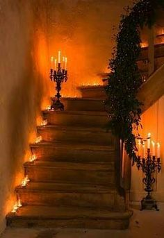 So funny! Really spooky Halloween staircase. It doesn& have to be curvy, either. Straight is fine, as long as the lights are off and the candlelight flickers. It wouldn& hurt to have a recording of eerie laughter at the top of the stairs! Halloween Tipps, Casa Halloween, Halloween 2016, Holidays Halloween, Halloween Crafts, Happy Halloween, Halloween Party, Halloween Entryway, Halloween Clothes