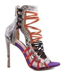 qualcosa di viola in una originale calzatura