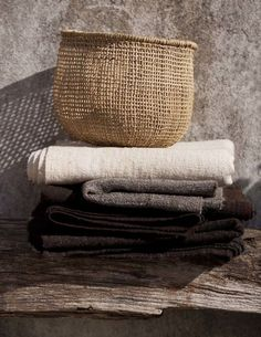 Home Accessories – Wabi-Sabi Style in 5 Schritten - RaumDekoration Wabi Sabi, Textiles, Home Decor Trends, Decor Ideas, Wicker Baskets, Woven Baskets, Decoration, Ibiza, Design Trends