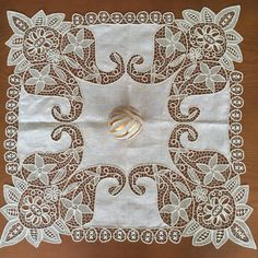 This Pin was discovered by ماس Filet Crochet, Irish Crochet, Crochet Lace, Cutwork Embroidery, White Embroidery, Needle Lace, Bobbin Lace, Antique Lace, Vintage Lace