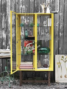 Här samlar vi våra bästa inredningslösningar, DIY – gör-det-själv, stilråd och nyheter i IKEA varuhusen. Ikea Stockholm, Ikea Yellow, Home Decor Inspiration, Design Inspiration, Yellow Cabinets, Quilt Display, Display Boxes, Small Outdoor Patios, Ikea Cabinets