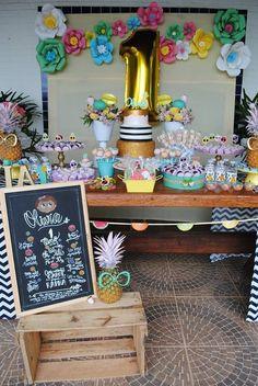 Tutti Frutti – De.Cuore. Muitas frutinhas foram o tema desse aniversário de menina de um ano. Candy colors foram combinadas com preto, branco e dourado. Arranjos de flores também em tons pastéis e muitas melancias, abacaxis de óculos, maçãs, morangos, laranjas, kiwis, carambolas, peras, limões e uvas decoraram essa mesa do bolo que teve um grande balão dourado e flores gigantes de papel no painel de fundo.