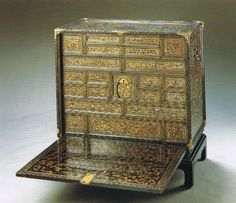 Chest of Drawers(Suntory Art Museum)  *Momoyama period  *Lacquered with Makie and Raden decoration