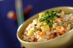 鮭は牛乳で炊くと生臭さが気にならず、栄養素もアップ! サツマイモの甘みが鮭とご飯の美味しさを引きたてます。鮭とサツマイモの炊き込みご飯[和食/ご飯もの(寿司、ご飯、どんぶり)]2017.11.27公開のレシピです。