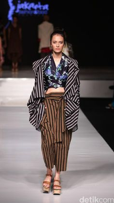Lulu Lutfi Labibi Batik Fashion, 50 Fashion, Japan Fashion, Fashion Prints, Daily Fashion, Fashion Models, Fashion Outfits, Womens Fashion, Fashion Design