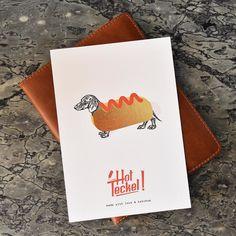 """Pour nos un an nous allons faire un petit tour du coté des illustrateurs qui nous ont accompagnés durant notre première année ! Et nous commençons avec l'illustration de Robin Gr. notre tout premier illustrateur et son """"Hot Teckel"""" qu'on adore ! Venez redécouvrir son univers sur notre site : www.momonga.fr   #happybirthday #print #illustration #sendlove #discover #artist #oneyear #postcard"""