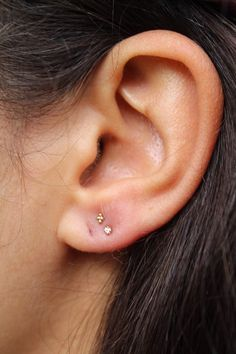 ear peircings Tiny Double Lobe 29 Insanely Cool Ear Piercing Ideas That'll Have You Rolling Up To Claire's ASAP Double Lobe Piercing, Cool Ear Piercings, Ear Peircings, Gold Bar Earrings, Crystal Earrings, Constellation Piercings, Minimalist Earrings, Schmuck Design, Tattoo