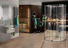 une cabine en verre ronde et un sauna en bois dans la salle de bains luxueuse
