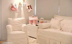 Quarto de bebê branco - Uma cor sem erro e clássica na hora de decorar, o branco é infalível. Este quarto de bebê branco é de menina e tem algumas bonecas.