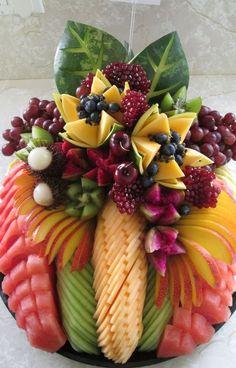 Mesa de Frutas Como Montar: 100 Fotos para inspirar | Toda Atual Fruit And Vegetable Carving, Veggie Tray, Vegetable Platters, Vegetable Salad, Veggie Food, Fruit Buffet, Fruit Trays, Fruit Dips, Fruit Food