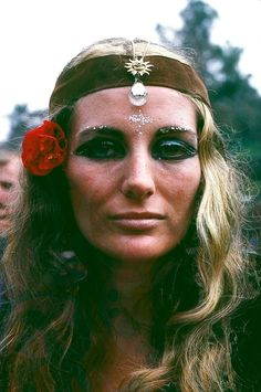 Vintage hippies, yesterday and today. Hippie Chic, 70s Hippie, Hippie Look, Hippie Vibes, Vintage Hippie, Hippie Art, Hippie Bohemian, Hippie Fashion, Hippie Makeup