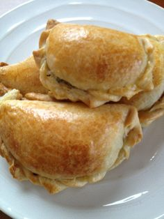 Empanada de Queso Yes, it's Empanada time! The dough for this empanada de queso has baking powder and butter in it. In Bolivia, I would eat this with coffee or hot cocoa in the morning for b… Cheese Empanadas Recipe, Beef Empanadas, Peruvian Recipes, Bolivian Food, Bolivian Recipes, Mexican Food Recipes, Dessert Recipes, Recipes, Food Cakes