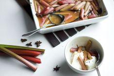 Raparperi kypsyy makeassa mausteliemessä herkulliseksi lämpimäksi jälkiruoaksi. Yhdistä se maustamattomaan jogurttiin tai, jos todella haluat