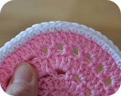 How to neatly finish a crochet project. I do this with all my crocheted projects. Crochet Round, Love Crochet, Learn To Crochet, Crochet Motif, Crochet Yarn, Crochet Stitches, Crochet Patterns, Crochet Instructions, Crochet Videos